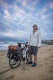 Emballeur de cycle sur la plage avec la bicyclette Image stock