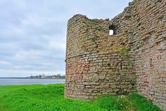 Embandeire a torre na fortaleza Oreshek perto de Shlisselburg, Rússia Fotografia de Stock Royalty Free