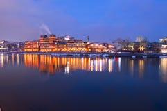 Embanment van de rivier en banketbakkerijfabriek Royalty-vrije Stock Foto
