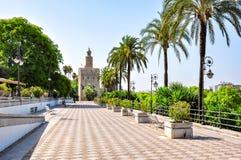 Embanmkent Sevilla en Toren van Gold Torre del Oro, Spanje stock afbeelding