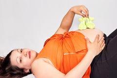 Embarazado con botines en su vientre Fotografía de archivo