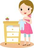 Embarazado con ropa del bebé Fotos de archivo libres de regalías