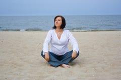 Embarazado en la playa Fotografía de archivo