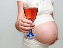 Embarazado y alcohol Foto de archivo libre de regalías