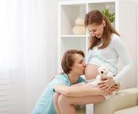 Embarazo el futuro feliz de la familia parents la madre y el fathe embarazadas Fotografía de archivo libre de regalías
