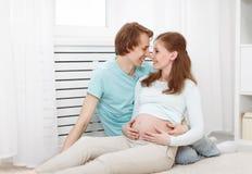 Embarazo el futuro feliz de la familia parents la madre y el fathe embarazadas Imagen de archivo