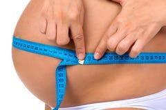 Embarazo Salud de mujeres embarazadas Panza de medición del tamaño con la cinta del metro Fotografía de archivo
