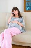 Embarazo y llamada Imagen de archivo