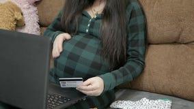 Embarazo y tecnología almacen de metraje de vídeo