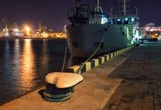 A embarcação é amarrada no terminal de recipiente foto de stock royalty free