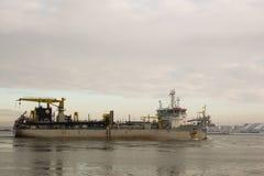 Embarcação da draga do funil que entra no porto Imagem de Stock