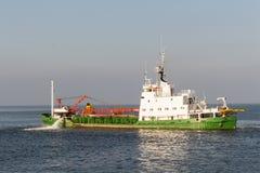 Embarcação da draga do funil que trabalha no mar aberto Imagem de Stock