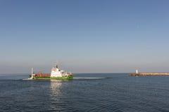 Embarcação da draga do funil que trabalha perto das portas do porto Foto de Stock Royalty Free