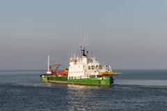 Embarcação da draga no tempo bonito que sae do porto de Ventspils Fotos de Stock Royalty Free