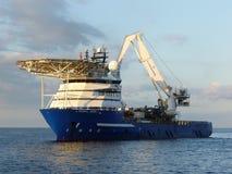 Embarcação de apoio a pouca distância do mar Fotografia de Stock