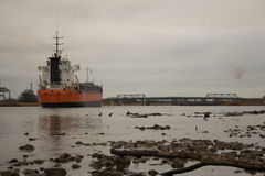 Embarcação de Bulker que entra no porto, vista rasa Fotografia de Stock Royalty Free
