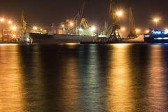 A embarcação de carga é amarrada no terminal de recipiente na noite fotos de stock royalty free