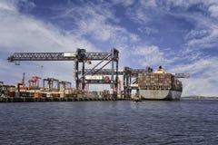 Embarcação de carga do recipiente pronta para deixar o porto Foto de Stock