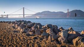 Embarcação de carga grande sob golden gate bridge fotos de stock