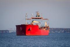 Embarcação de carga na ancoragem fotos de stock royalty free