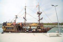 Embarcação de madeira do turista no cais Sarafovo em Bourgas, Bulgária Imagens de Stock