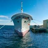 Embarcação de pesca norueguesa amarrada na baía Imagens de Stock