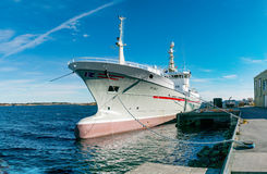 Embarcação de pesca norueguesa amarrada na baía Fotos de Stock