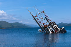 Embarcação de pesca parcialmente submersa no Loch Linnie imagem de stock royalty free