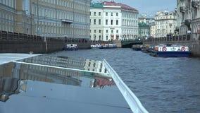 A embarcação do mar cruza ao longo do canal do rio video estoque