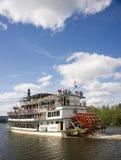 A embarcação do navio de pá do Riverboat de Sternwheeler abaixa turistas imagens de stock royalty free