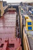 Embarcação do navio mercante com os dois guindastes que passam fechamentos nos grandes lagos, Canadá no tempo de inverno Imagens de Stock