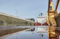 Embarcação do navio mercante com os dois guindastes que passam fechamentos nos grandes lagos, Canadá no tempo de inverno Imagem de Stock Royalty Free