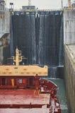 Embarcação do navio mercante com os dois guindastes que passam fechamentos nos grandes lagos, Canadá no tempo de inverno Foto de Stock Royalty Free