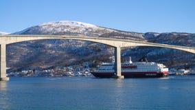 embarcação Hurtigruten sob a ponte de Finnsnes, Troms do serviço do cruzeiro vídeos de arquivo