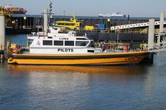 embarcação piloto do navio e da autoridade portuária no porto de Rotterdam foto de stock