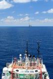 Embarcação a pouca distância do mar da fonte para o equipamento de perfuração para a exploração do petróleo Imagem de Stock Royalty Free