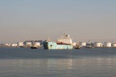Embarcação química grande que sae do porto que asisting por barcos do reboque Imagem de Stock Royalty Free