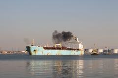 Embarcação química que sae do porto de Ventspils, apoio do barco do reboque Fotografia de Stock Royalty Free