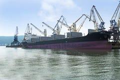 Embarcação sob o carregamento Imagens de Stock Royalty Free
