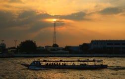 Embarcações de passageiro em Chao Phraya River Fotos de Stock Royalty Free