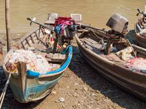 Embarcações de pesca no rio de Dala, Myanmar foto de stock royalty free