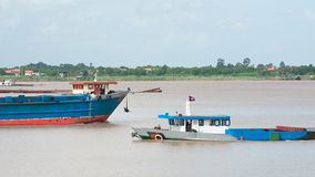 Embarcações do rio em Cambodia imagens de stock