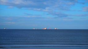 Embarcações a pouca distância do mar video estoque