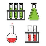 Embarcações químicas e garrafas do grupo colorido com líquido verde, vermelho Vetor ilustração royalty free
