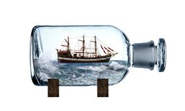 Embarca??o de naviga??o na garrafa de vidro imagem de stock