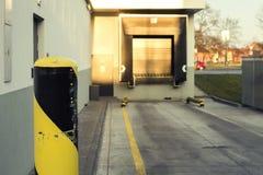 Embarcadère avec la barre de fer rayée pour le chargement et le déchargement des marchandises, des marchandises, de l'article, de Image stock