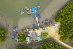 embarcadero aéreo de Baan Hinrom de la visión superior en bosque del mangle imágenes de archivo libres de regalías