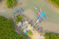 embarcadero aéreo de Baan Hinrom de la visión superior en bosque del mangle fotografía de archivo libre de regalías