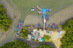 embarcadero aéreo de Baan Hinrom de la visión superior en bosque del mangle fotos de archivo libres de regalías