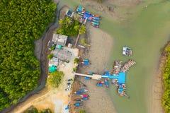 embarcadero aéreo de Baan Hinrom de la visión superior en bosque del mangle fotos de archivo
